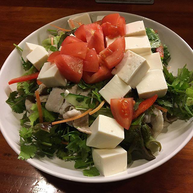 こんばんは! 投稿が遅くなってしまいました。 本日もたくさんのご来院いただきありがとうございます。 今日はバタバタしてて昼ご飯食べれず、遅いですがこれから晩ご飯です♪ 今日の晩ご飯は 【パクチーと豚しゃぶと豆腐のサラダ】 とご飯と味噌汁です!! しっかり免疫力を高めて風邪にかかりにくい身体をつくります!!! パクチーの栄養成分にはどんなものがあるでしょうか。 米国農務省のデータベースによると、食物繊維、カリウム、鉄、カロテン、ビタミンC・E・K、カルシウムなどが含まれています。 また、体内でビタミンAに変換されるβカロテンも豊富と言われています。 【ビタミンA】 ビタミンAに変わるβカロテンは、活性酸素の働きを抑えたり取り除いたりする作用があります。このため、βカロテンが豊富なパクチーは、アンチエイジング効果があると言われています。また、活性酸素が関わって引き起こされる動脈硬化を予防したり、ガンの発生を抑える効果も期待されているのです。 【ビタミンC】 パクチーには同じく抗酸化作用のあるビタミンCがたっぷり含まれています。ビタミンCの抗酸化作用は、食べ物が体のなかでエネルギーに変わる時に作られる物質、フリーラジカルから細胞を守ってくれます。フリーラジカルは大気汚染や紫外線などによっても発生し、細胞にダメージを与えてしまうのです。 【ビタミンE】 ビタミンEは免疫機能をアップしてくれるので、体内に侵入した細菌やウイルスを撃退する時に役立ってくれます。血管の拡張を促し、血管内で血液が凝固するのを防ぐという効果もあるのです。 最後に本日も通常営業してました! 明日も通常営業しております!! みなさんからの予約お待ちしております♪ https://nseitai.com/ 【完全予約制】 【電話番号】080-9542-8357 【営業時間】9:00〜21:00 【定休日】不定休 【住所】〒760-0054香川県高松市常磐町1-9-17