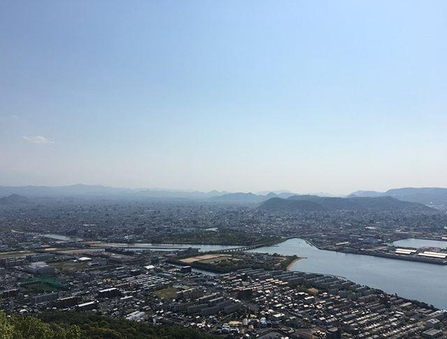 今日はすごい良い天気でしたね️ 人が多い時間帯を避けて、屋島を登山にしてきました⛰♂️ ・ ・ 屋島の山頂は、何回も登っているのですが、景色がとても綺麗なので何回登っても飽きません! 何かモヤモヤした時や悩んだ時など、とてもオススメです ・ ・ 山頂から見る景色をよくよく見ると、建物の数がすごい多いです! 隙間もないぐらいギュウギュウに詰め込んだ建物! 人類の凄さを痛感します! ・ ・ なぜでしょう、、 発展していってる素晴らしさもありますが、もののけ姫のショウジョウが頭に浮かんできます笑 ・ ・ 最後の写真には、母校高松北高の校歌にも出てくる、五剣山です!五剣山をよくよく見てみると誰かが、あの絶壁を登ってました!凄い️ ・ https://nseitai.com/ 【完全予約制】 【電話番号】080-9542-8357 【営業時間】9:00〜21:00 【定休日】不定休 【住所】〒760-0054香川県高松市常磐町1-9-17 ・ 4月25日〜5月6日まで、新型コロナウィルス感染拡大防止のための香川県における緊急事態措置もあり、休業致します。