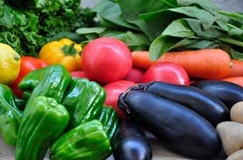 本日は、免疫力をあげるための【まごわやさしい】の【やさしい】についてです! ・ ・ 【や→野菜】 (野菜の食材例) 緑黄色野菜・淡色野菜・根菜類など🥦 ・ 野菜によって含まれる栄養素は違いますが、ほぼすべてにビタミンやミネラルが含まれています。加熱するとかさが減るのでたくさん食べられますが、なかには加熱によって栄養素が損なわれてしまうものもあるため注意しましょう。飲みやすい野菜ジュースも加工によって栄養価が下がっていたり、砂糖が加えられている場合があります。 ・ 好き嫌いのない方は、サラダや生野菜、自家製スムージーなどから野菜をとるといいですね。 ・ 【さ→魚】 (魚の食材例) あじ・いわし・あさり・さば・鮭・まぐろ・たこ・えび・牡蠣・しじみなど ・ 魚はたんぱく質の宝庫。特におすすめなのが、北の海で獲れた天然物の青魚たちです。塩焼きや味噌煮など調理のバリエーションも豊富。おつまみの小魚もいいですし、ごはんにじゃこをのせて食べるのもいいですね。 ・ 【し→しいたけ】 (しいたけの食材例) まいたけ・しいたけ・えのき・なめこなど ・ きのこ類には、食物繊維やミネラル、ビタミンが多く含まれています。目立ってカロリーの高い食品でもないので、たくさん食べても安心ですね。香り食感ともによく、和食・洋食・中華とどのジャンルの料理にも活用できますよ。 ・ 【い→いも】 (いもの食材例) さつまいも・じゃがいも・こんにゃくなど🥔 ・ いも類は食物繊維と炭水化物を多く含みます。白米やパンなどの精製したものより、自然のままのいも類のほうが良質!特にネバネバ成分を含む里芋や山芋がおすすめです。そのまま食べるのはもちろん、ゆでたり、揚げたり……やさしい甘みとホクホク食感はお子様にも人気です。根菜類に含まれる食物繊維は、腸内環境を整えてくれる効果もあります。 ・ 以上! 【まごわやさしい】でした! みなさんも、よければ食卓に【まごわやさしい】を取り入れてみてください ・ 免疫力をあげて、風邪をひきづらい身体作りをしていきましょう あと、みなさんの行動や発言で大切な家族や友達、身近な存在の人に対して、何かの役に立てれるかもしれません。その行動、発言で助かるかもしれません!できることは少ないかもしれませんが、自分次第で大切な人を守れるきっかけは作れます! ・ https://nseitai.com/ 【完全予約制】 【電話番号】080-9542-8357 【営業時間】9:00〜21:00 【定休日】不定休 【住所】〒760-0054香川県高松市常磐町1-9-17 ・ 4月25日〜5月6日まで、新型コロナウィルス感染拡大防止のための香川県における緊急事態措置もあり、休業致します。