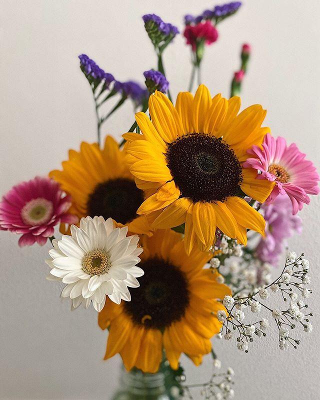 こんにちは️ 今日は、お花について載せていきたいと思います!! ・ ・ 昨日、プレゼントでお花を買いに花屋さんに行ったのですが、花屋さんとても良い所だと改めて気付きました ・ ・ いろんな沢山の花を見てるだけで、癒されるし選んでて楽しくなります♪ あと、花を選んで買う時も楽しかったし、プレゼントして喜んでもらえた時はとても嬉しくなったので、すごい得してる気分です ・ ・ 昨日は、すごい楽しく癒される時間を過ごせて本当に幸せな1日を過ごせました ・ ・ 【花の効果について】 家や職場など、生き生きとした花をいつも目につく箇所に飾っておくと、見た目にも部屋の空気が変わり、華やかさが加わって、気分もリラックスさせてくれる効果があります。 後述しますが、人は気分が落ち込んだ時や塞ぎこんでいる時など、花を眺めていると不思議と心がリフレッシュされてくると言われています。 生の花が傍らにあって、それを見ることでリラクゼーション効果があり、ストレスが緩和されて気持ちをポジティブに導いてくれる効果があるのです。 イライラしている時は、お花屋さんに立ち寄って好きな花を求めて部屋に飾ってみてはいかがでしょうか♪♪♪ ・ ・ 千葉大学環境健康フィールド科学センター(自然セラピープロジェクト)による「花きに対する正しい知識の検証・普及事業」の調査結果について、 生花がもたらす心理的効果を測定したところ、花の無い部屋に比べて花のある部屋では「活気」の気分プロフィールが大幅に増加し、「混乱」、「疲労」、「緊張・不安」、「抑うつ」、「怒り・敵意」が低下することが明らかとなったとのことです!! ・ ・ 最後に、本日も通常営業してます! みなさんからの予約お待ちしております♪ https://nseitai.com/ 【完全予約制】 【電話番号】080-9542-8357 【営業時間】9:00〜21:00 【定休日】不定休 【住所】〒760-0054香川県高松市常磐町1-9-17 #ギックリ腰 #ぎっくり腰